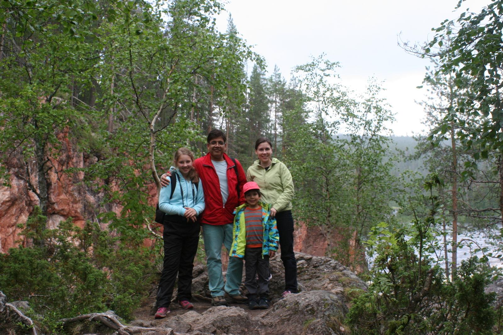 Oulangan kansallispuisto. Ketään muita ei ollut paikalla. Saimme viriteltyä kameran kivelle.