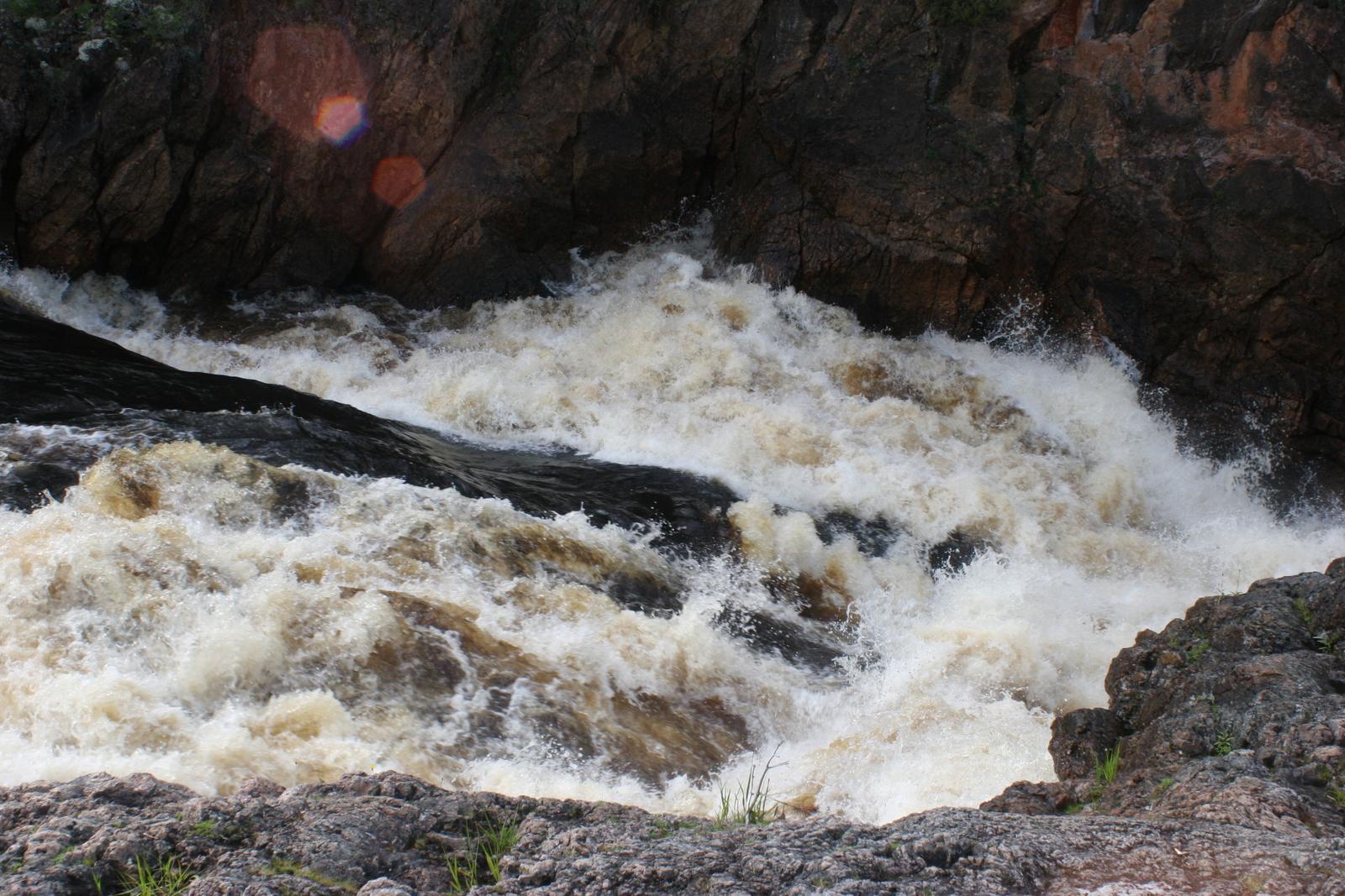 Oulangan kansallispuisto. Valokuva on kyllä onneton tapa ikuistaa koski. Eihän tästä tajua ollenkaan, millä vauhdilla vesi syöksyy!