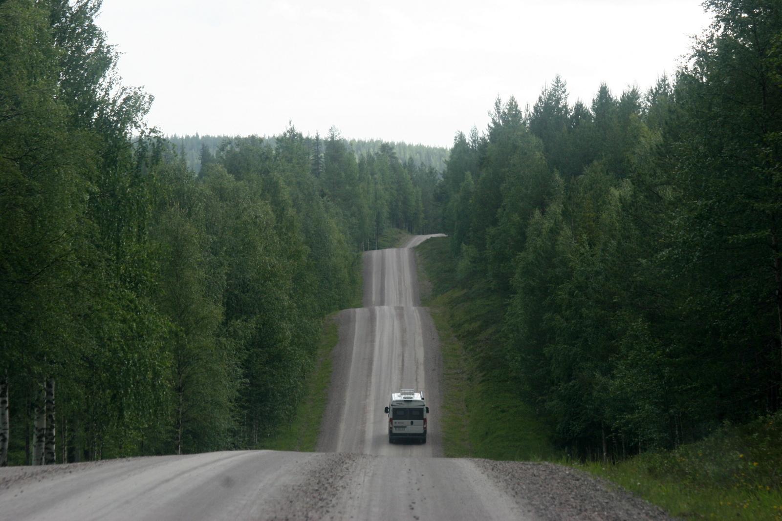 Oulangan kansallispuisto. Paluumatka Oulangan luontokeskukselta kulki tällaista vuoristorataa pitkin. Edellä ajaneet autot vuorotellen hävisivät ja ilmestyivät mäkien takaa.