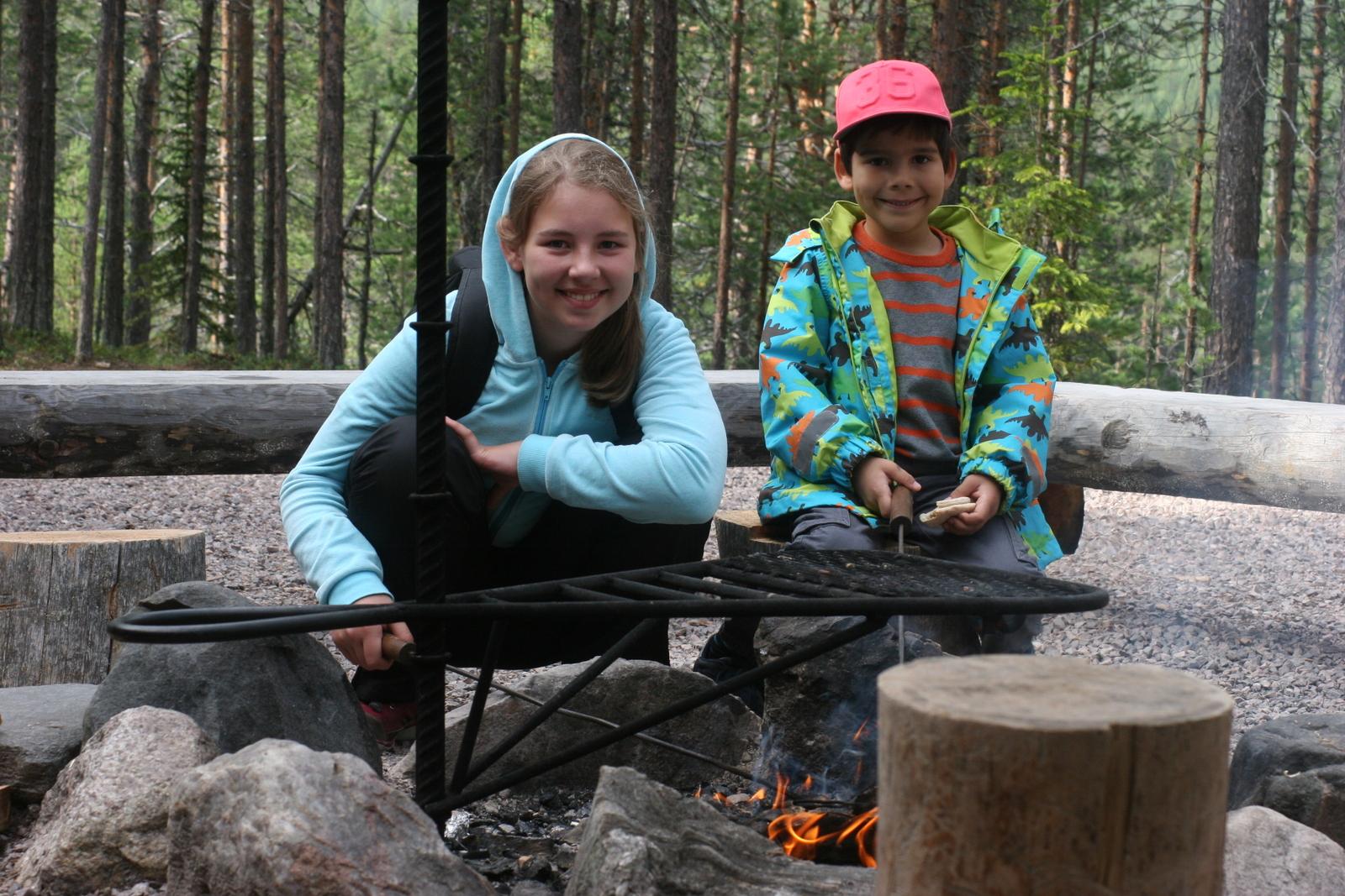 Oulangan kansallispuisto. Edelliset retkeilijät jättivät meille tulet.