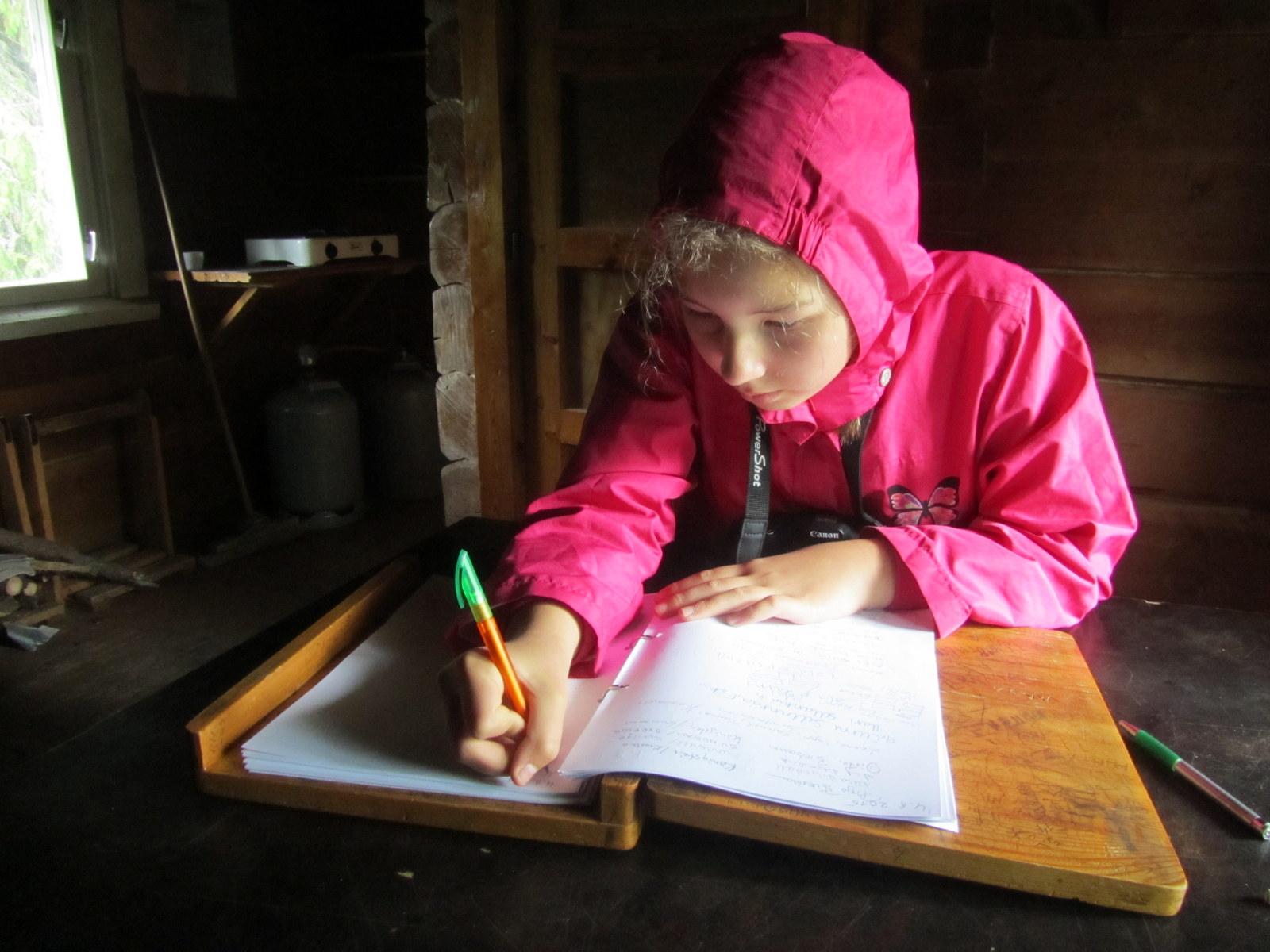 Auli kirjoittaa vieraskirjaan