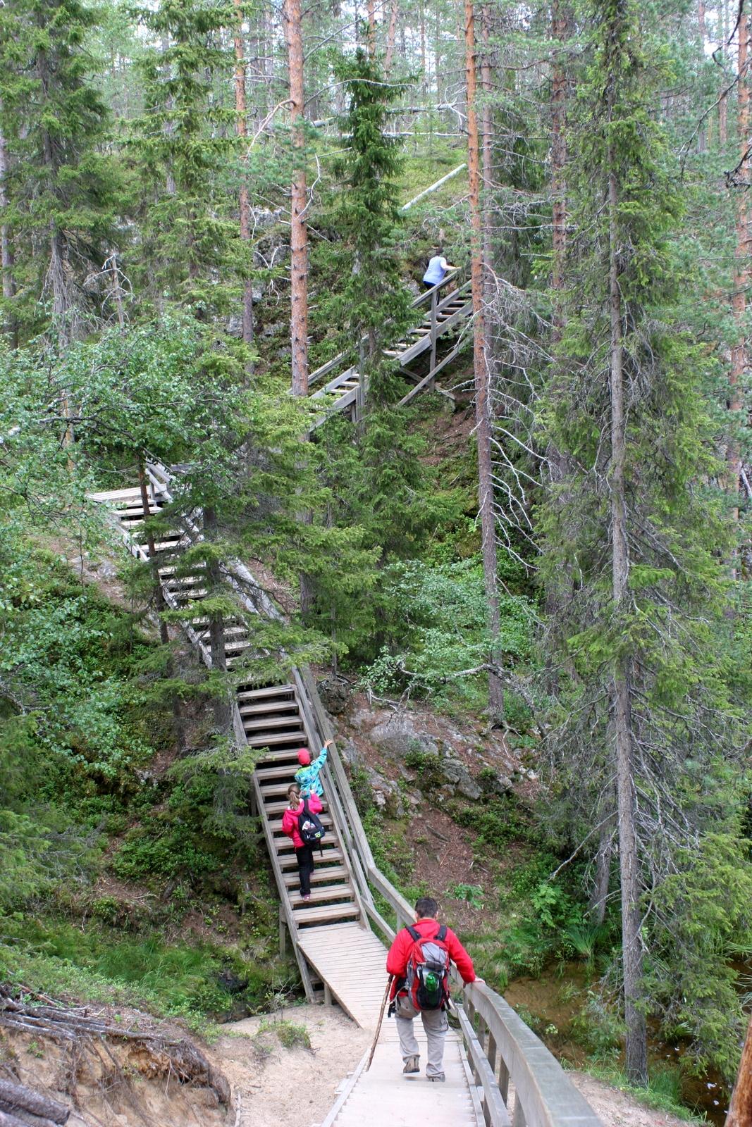 Pieni Karhunkierros lasten kanssa. Mutta ensin piti kiivetä nämä portaat...