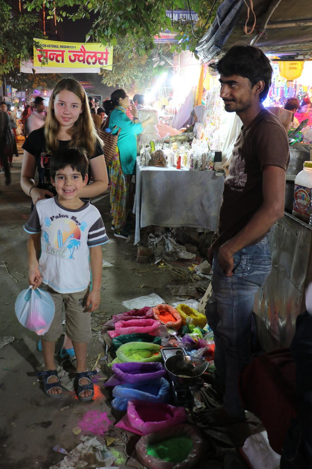Värijauheetkin ostettiin lopulta, sillä lapsilla oli jo kiire päästä tekemään kuvioita.