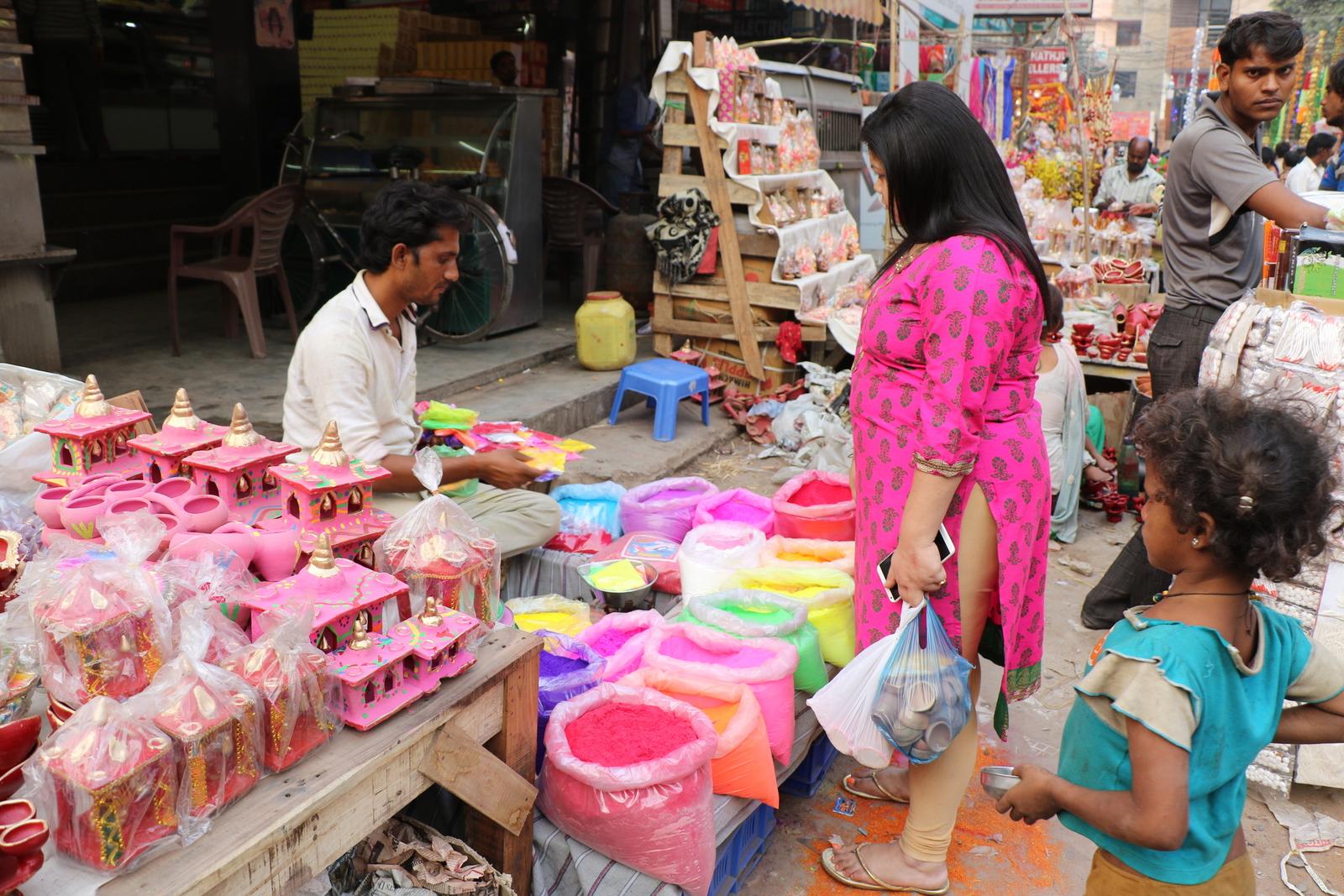 Myös erilaisia savesta valmistettuja maalattuja kynttilälyhtyjä myytiin runsaasti.