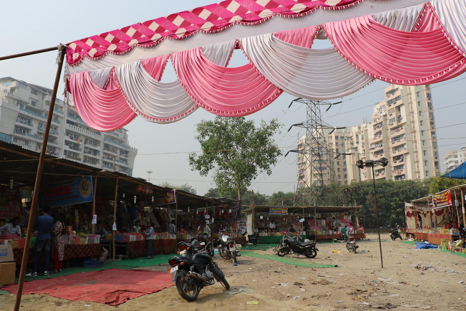 Ilotulitteiden myynti on aiemmin ollut Intiassa melko kaoottista touhua, mutta nyt hommaan oli ainakin meidän kulmillamme tullut vähän kuria ja järjestystä. Myynti oli sallittua ainoastaan tällä tyhjälle tontille pystytetyllä alueella ja se alkoi muutamaa päivää ennen diwalia.