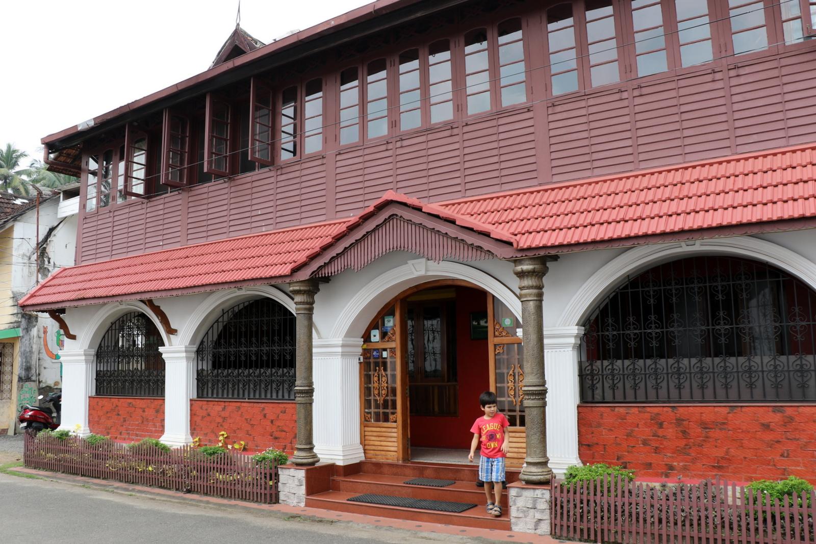 Hotellimme Chiramel Residencyn julkisivu.