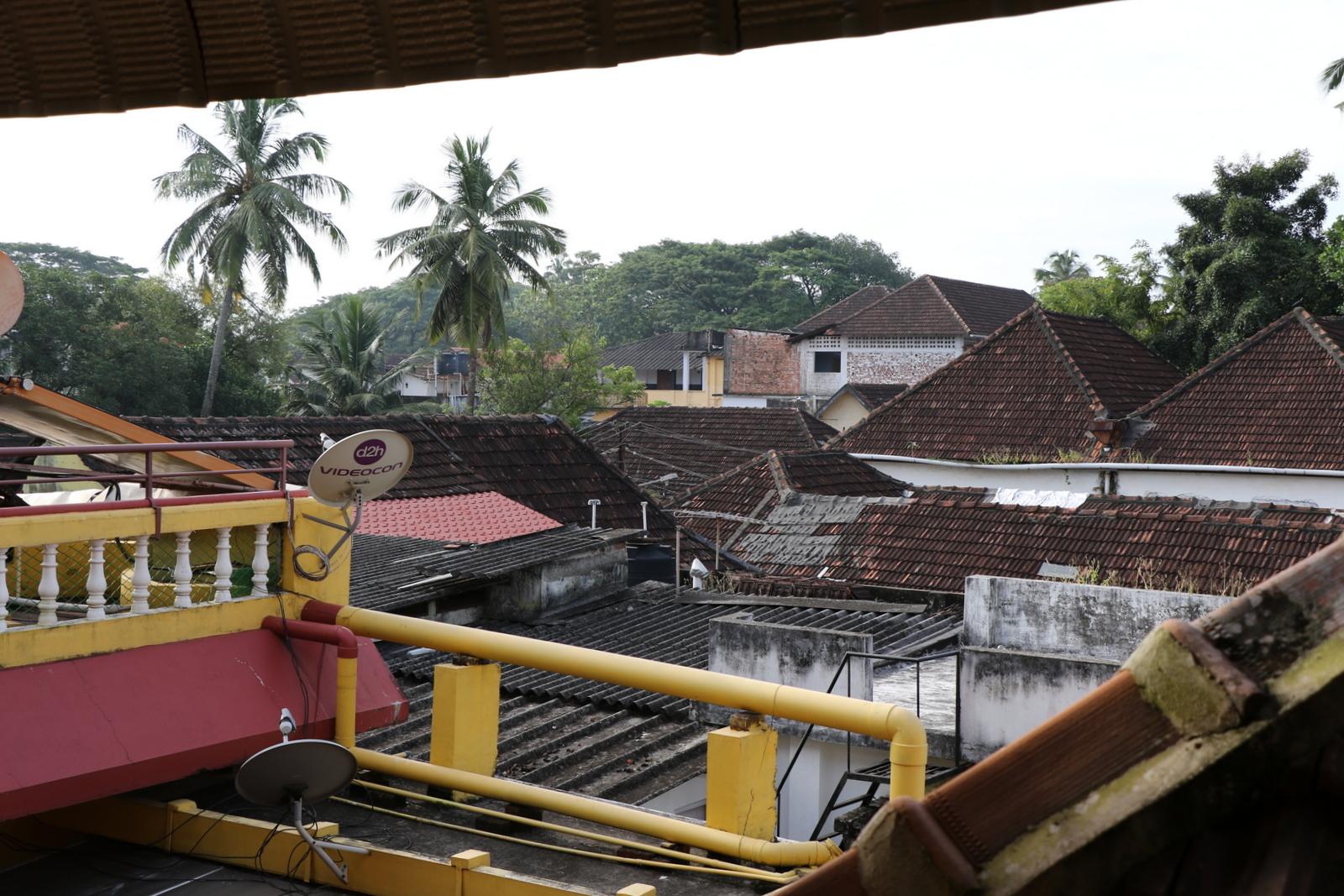 Huoneemme sijaitsi yläkerrassa, josta avautui kattonäkymä.