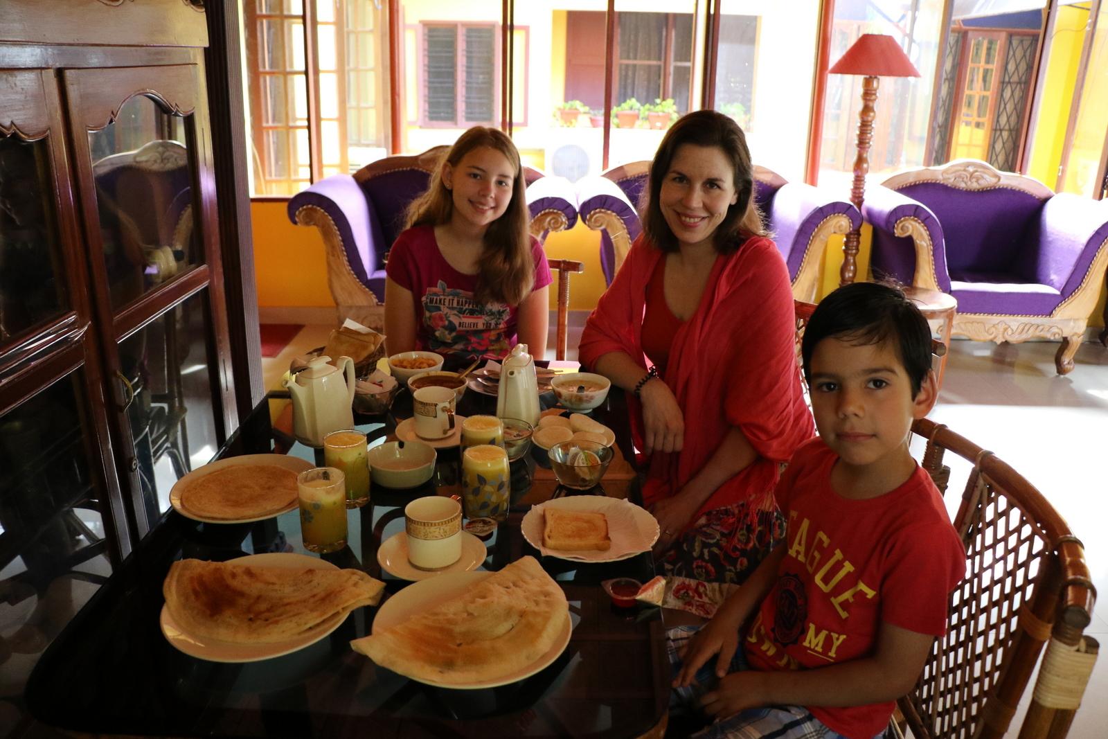 Tämä jäi mieleen. Aamiainen sisältyi huoneen hintaan ja oli niin runsas, ettemme saaneet kaikkea edes syötyä. Oli dosaa, idliä, ananasmehua ja kahvia. Ihan huippua!
