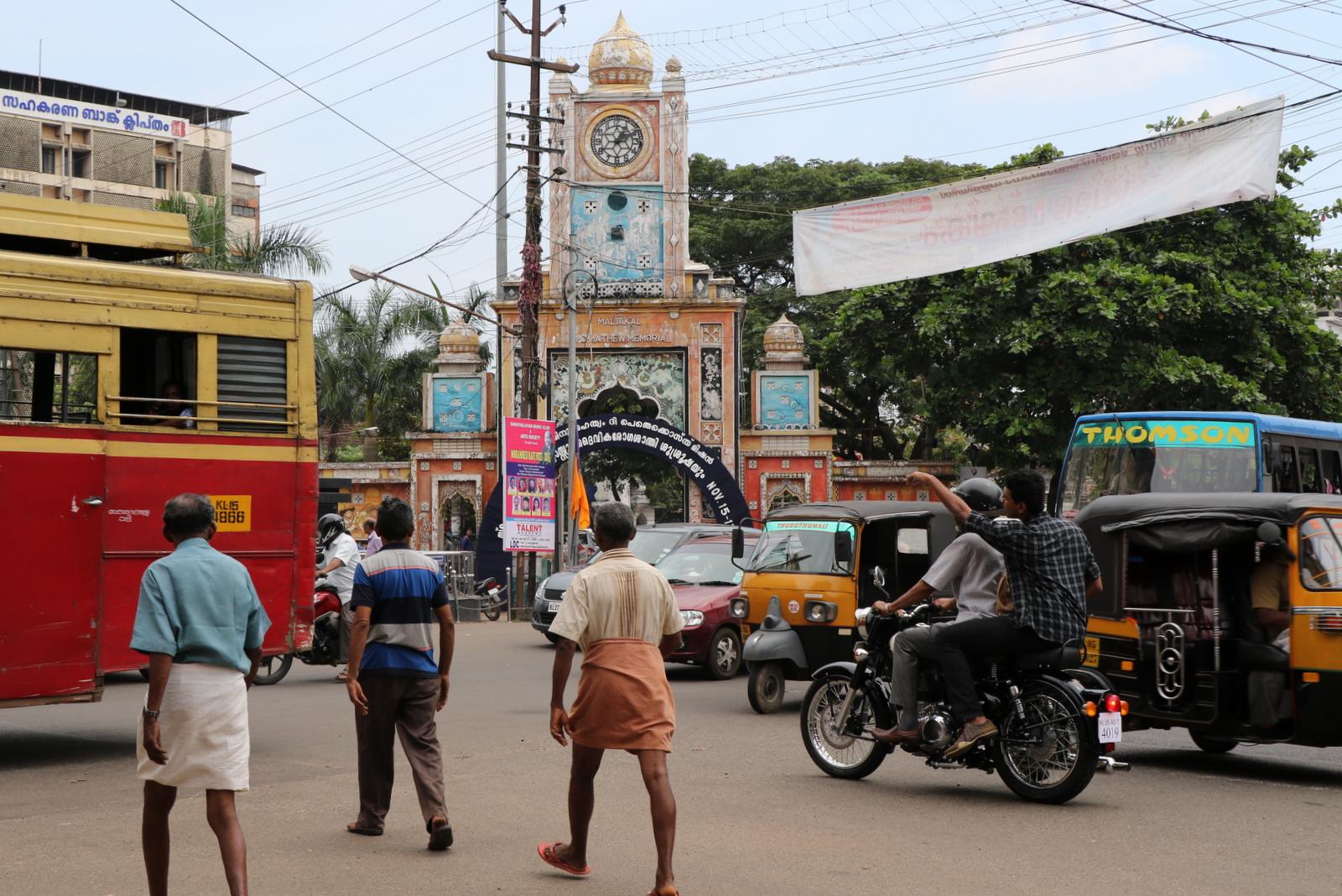 Kottayamin keskustaa. Nuo miehet eivät ole liikkeellä pyyhe päällä - vaate on nimeltään lungi ja se on Keralassa hyvin tavallinen näky.
