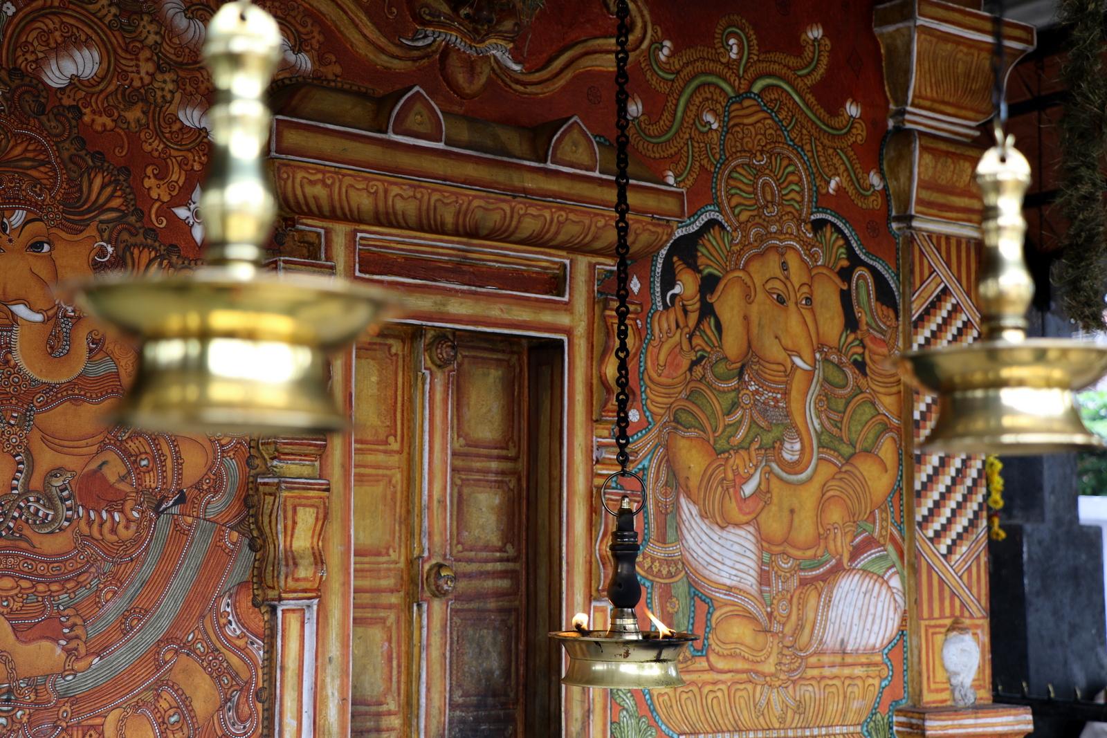 Pienempi palvontapaikka Thirunakkara Mahadeva -temppelin edustalla.