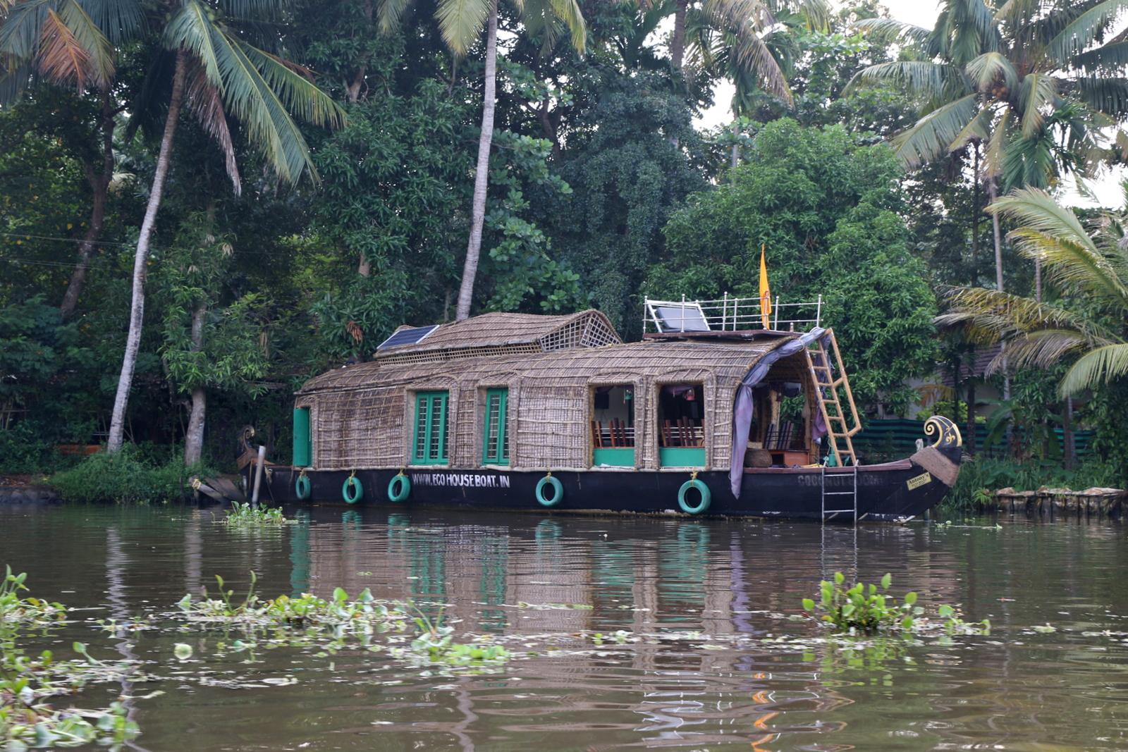 Paluumatkalla ohitimme ekologisen taloveneen, josta kiinnostuin. Ensi kerralla Keralassa vuokraamme kyllä tällaisen!