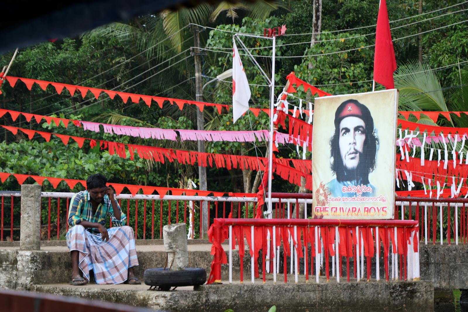 Mielenkiintoinen seikka Keralasta: kommunistinen puolue on siellä voimissaan ja punaliput liehuvat monin paikoin katukuvassa. Tällä venelaiturilla bongasimme myös Che Guevaran (tai jotain sinnepäin...)!
