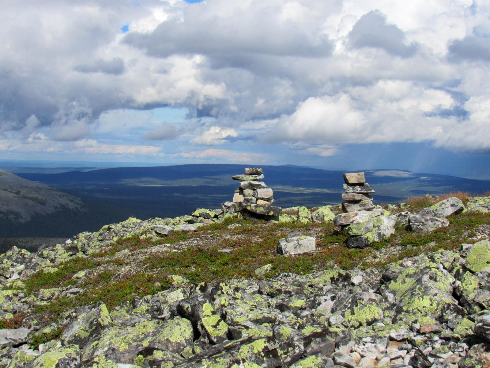 Yllästunturi. Huipun lähestymisen huomasi siitä, että maisemaan alkoi ilmestyä kivikasoja.