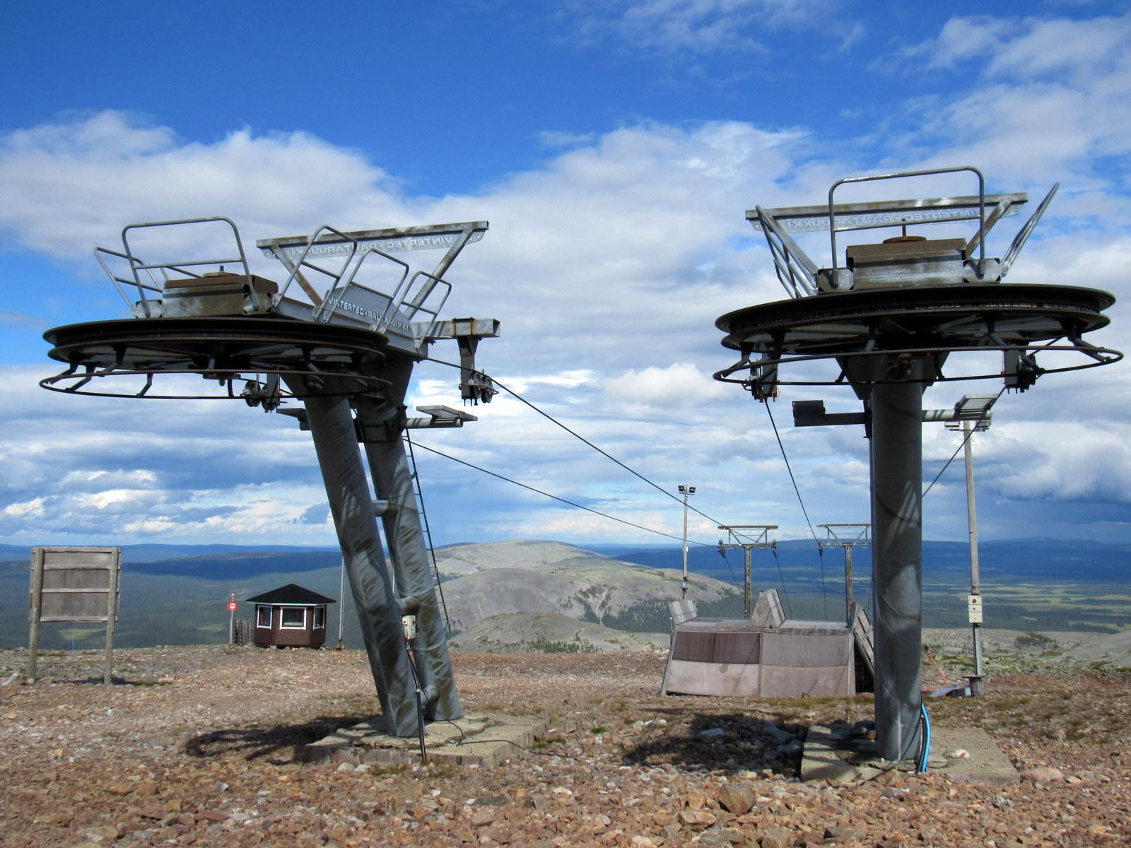Yllästunturi. Pääsimme hiihtohisseille. Aikamoisia metallirohjakkeita.