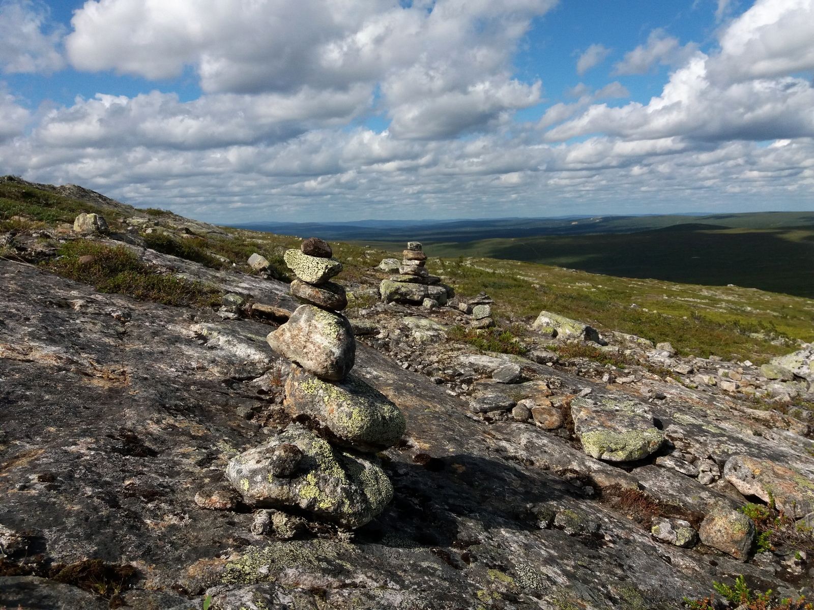 Saariselkä, Kiilopää. Huippua lähestyttäessä tuli näkyviin kaikilta Lapin tuntureilta tuttuja kivikasoja.