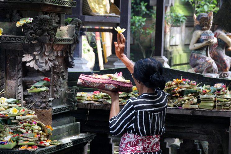 Kuvia Balilta. Ubud, pieni temppeli pääkadulla.