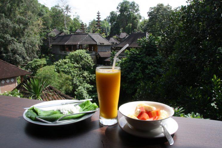 Kuvia Balilta. Ubud, Ani's Villas -hotelli ja aamiaisnäkymä Pura Gunung Lebah -temppelille.