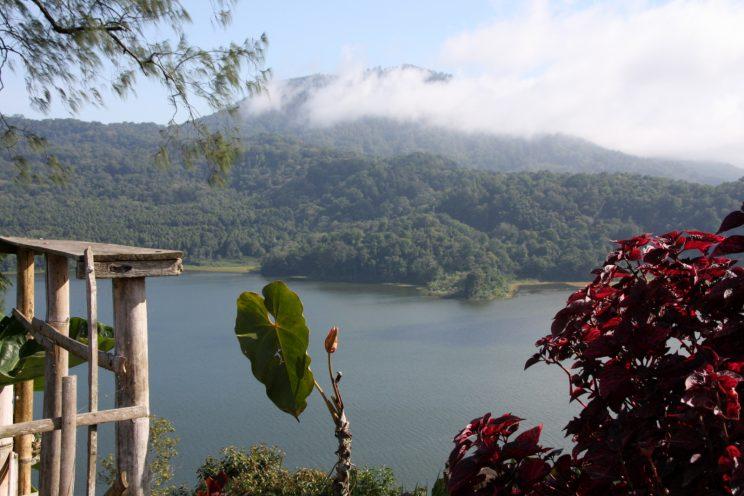 Kuvia Balilta. Näkymä Wanagirin kylästä Danau Buyan -järvelle.
