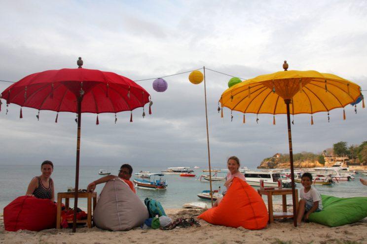 Bali matkavinkkejä. Mangostanian matkaryhmä Nusa Lembonganilla, Mushroom Beachilla.