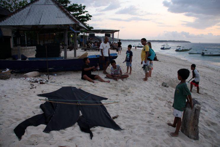 Nusa Lembongan, Bali. Paikalliset lapset lennättävät Jungut Batu -rannalla itsetehtyjä leijoja.
