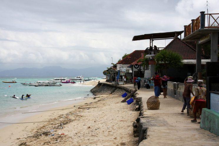 Nusa Lembongan, Bali. Satamakatu Jungut Batu -rannan eteläpäässä.