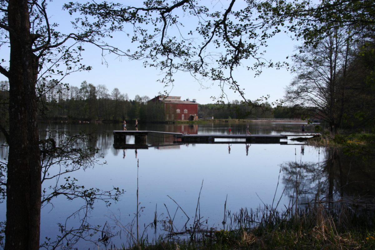 Mustion linnan naapurissa on leikkipuisto ja uimaranta laitureinen. Taustalla näkyy Mustion ruukki. Koko alue on niin täynnä nähtävää, että sinne on ehdottomasti lähdettävä uudelleen.