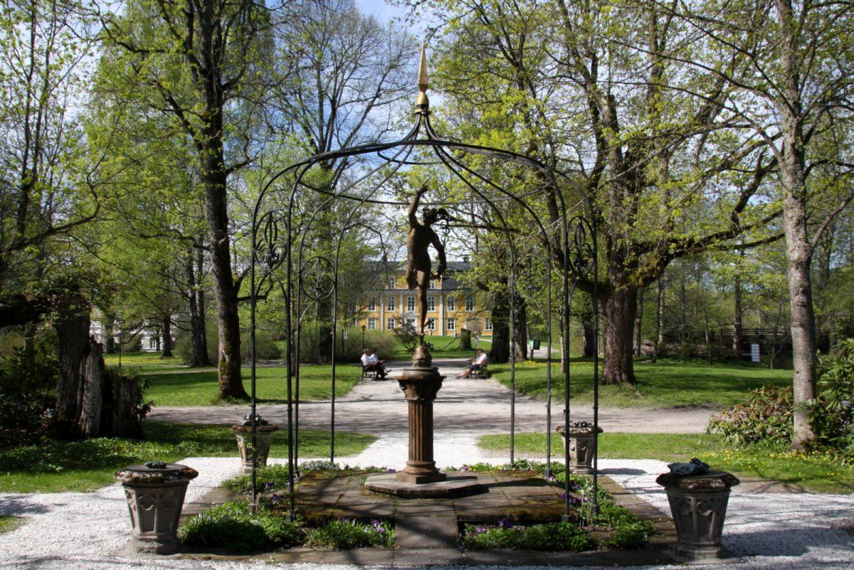 Mustion linnan puisto rakennettiin alun perin barokkityyliin vuonna 1787, mutta muutettiin 1800-luvun lopussa englantilaistyyliseksi puistoksi.