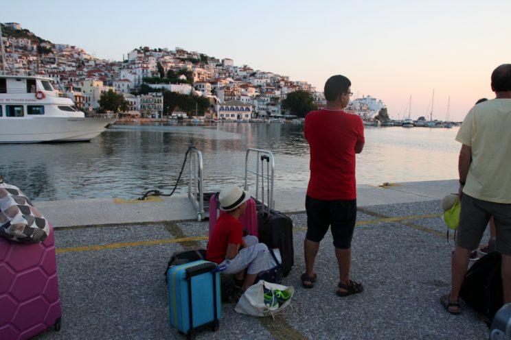 Skopelos - Skiathos. Lähtöaamu noin klo 6.30 Skopeloksen satamassa. Vähän liian aikaista, mutta tulipa nähtyä kaunis auringonnousu!
