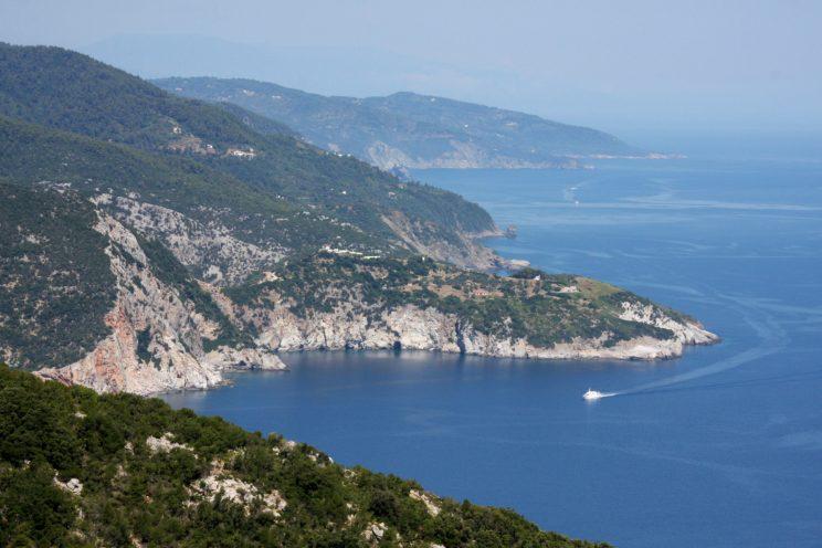 Skopelos - maisemat ovat saarella jyrkkiä.