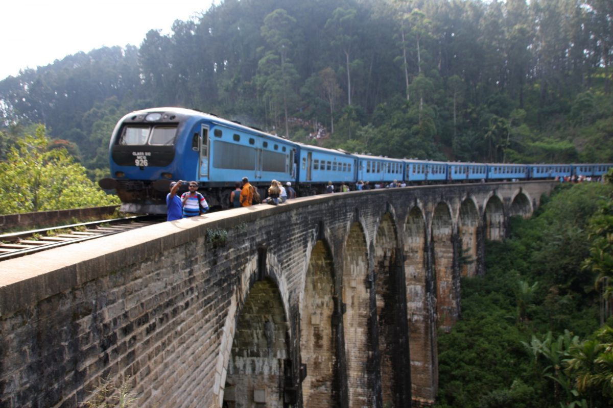 Ella, Sri Lanka: Nine Arch Bridge. Juna.