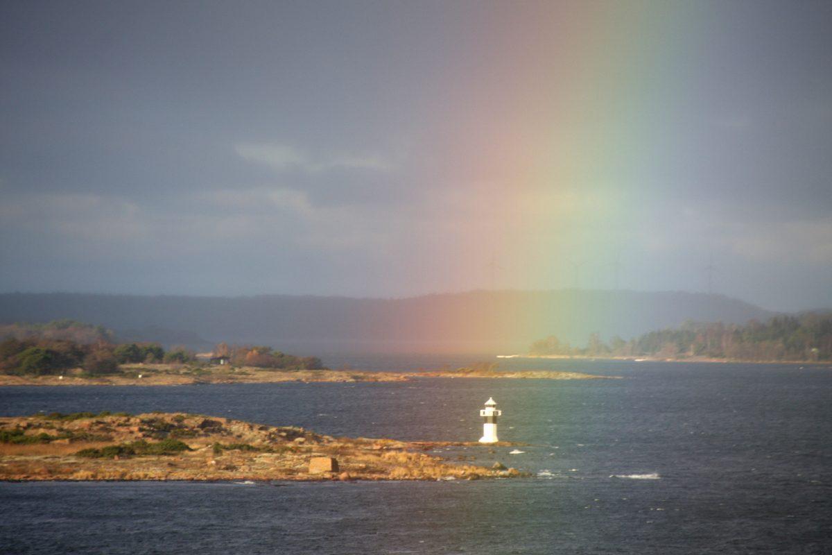 Ahvenanmaa: sateenkaari ja majakka.