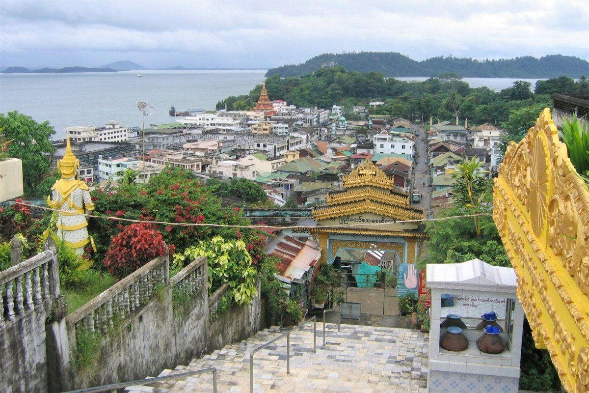 Myanmar, Kawthaung. Maisema kaupungin yli.