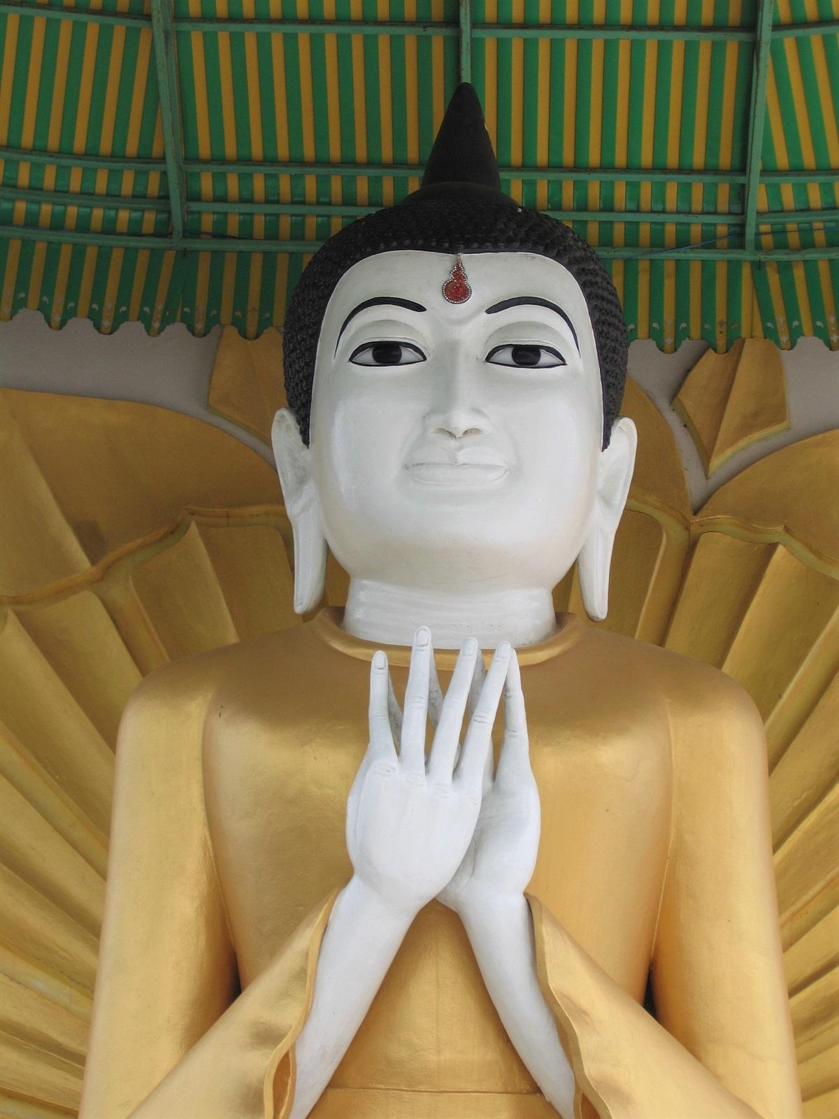 Myanmar, Kawthaung (temppeli, Buddhan patsas).
