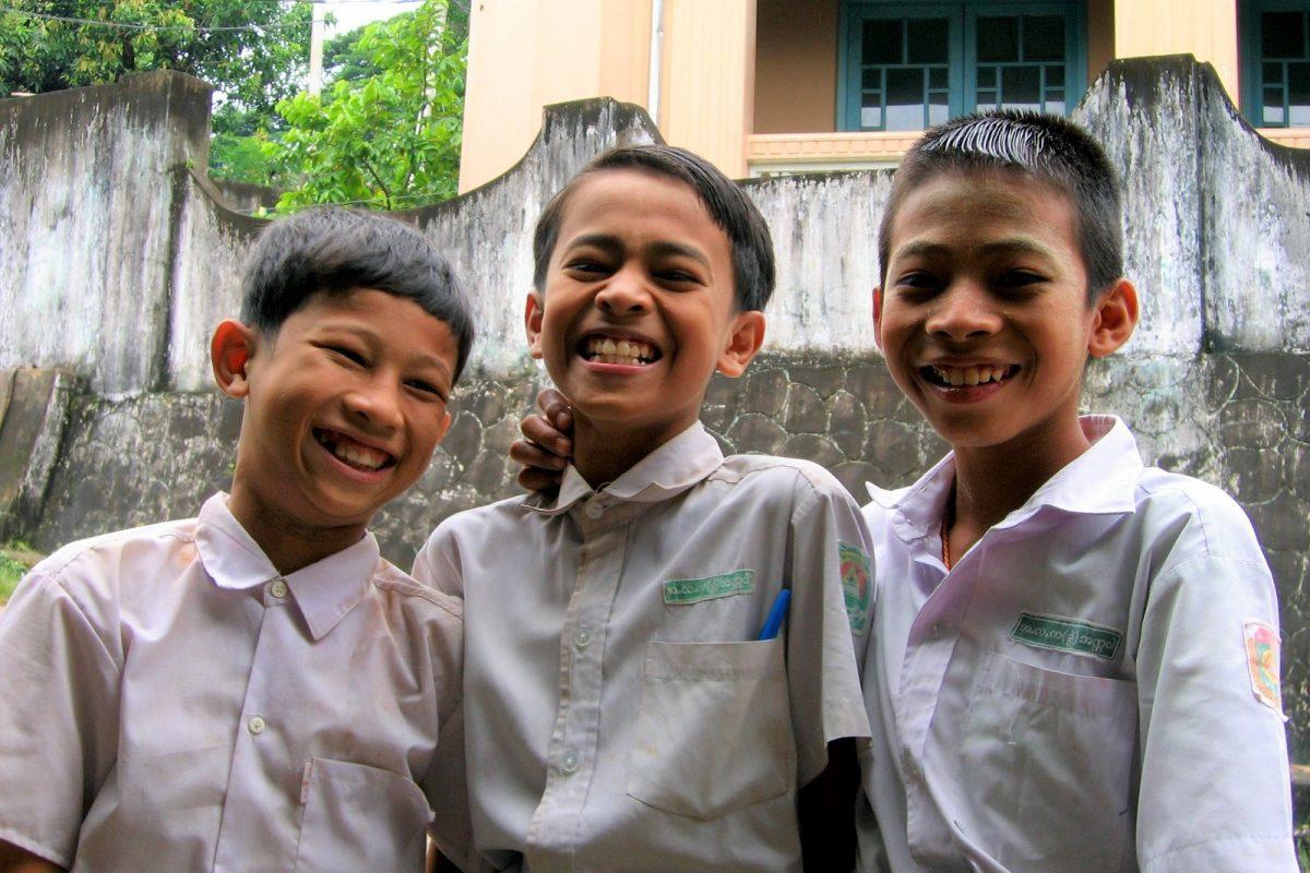 Myanmar, Kawthaung. Koulupojat.