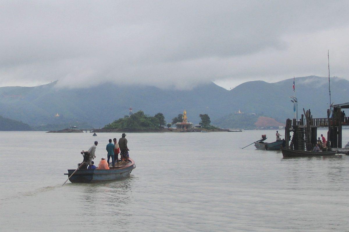 Myanmar  taustalla.